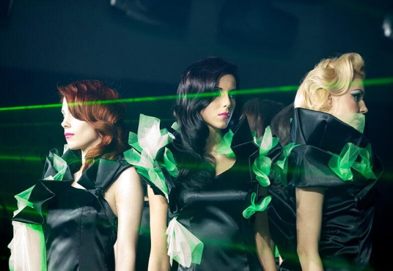 модель подиум чёрное зелёное платье