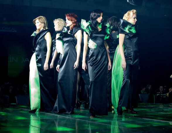 модель подиум чёрное зелёное платье 2